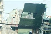 Bảng quảng cáo đổ vào cột điện, nhiều người đi đường hốt hoảng tháo chạy