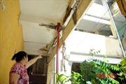 Trần nứt toác, nhà cửa, cầu thang xuống cấp, dân chung cư nơm nớp lo sống từng ngày