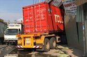 Cả gia đình thoát chết khi xe container húc bay xe tải rồi lao vào nhà