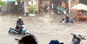 Mưa lớn, nước chảy xiết như suối trên đường TP Hồ Chí Minh, cuốn trôi cả người và xe máy