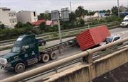 Container rơi đè 'xế hộp', lái xe may mắn thoát chết