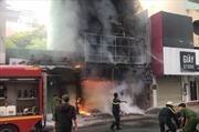 Cháy lớn nhà cao tầng, 2 người được giải cứu