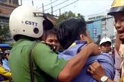 Va chạm với xe buýt, thanh niên mặc áo Grab bị đâm trọng thương