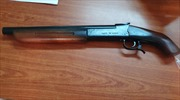 Một phụ nữ tàng trữ súng và nhiều hung khí tại nhà