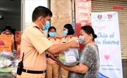TP Hồ Chí Minh: CSGT trao quà cho người có hoàn cảnh khó khăn