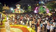 Hàng ngàn người dân đổ về đường hoa Tết Nguyễn Huệ trong ngày đầu mở cửa