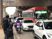 Tránh bến xe quá tải, người dân 'hồn nhiên' bắt xe về quê bên vệ đường cao tốc