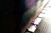 Tàu hỏa lao vun vút qua, bé một tuổi nằm cạnh đường ray may mắn sống sót