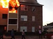 Tòa nhà cháy dữ dội, bà mẹ thả con từ tầng 3 để người lạ đỡ