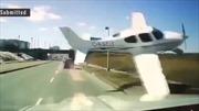 Lái xe giật mình vì máy bay rơi ngay trước mũi ô tô
