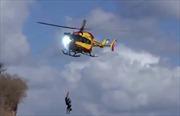 Trực thăng cứu hộ đâm thẳng vào đường dây điện cao thế tóe lửa