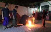 Nhóm thiếu niên thi đấu 'bóng lửa' cháy rừng rực dưới chân trần
