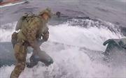 Video thành viên Lực lượng Tuần duyên Mỹ nhảy lên tàu ngầm bắt ma túy