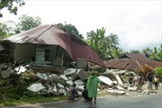 Tin giả khiến người dân Indonesia không dám về nhà sau động đất