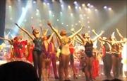 Vũ công ballet nhảy mạnh làm sập sân khấu
