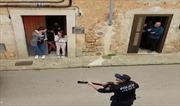 Cảnh sát Tây Ban Nha ca hát khích lệ tinh thần người dân trước dịch COVID-19