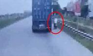 Suýt mất mạng vì cố tình vượt container