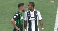 Douglas Costa bị cấm thi đấu 4 trận sau loạt thúc cùi trỏ, húc đầu và nhổ bọt