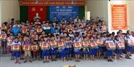 Trao tặng 500 cặp phao cứu sinh cho học sinh vùng ngập lũ