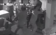 Người phụ nữ Peru dùng chổi đánh trả cướp có súng