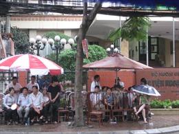 Người nhà thí sinh được cung cấp chỗ nghỉ và trà đá miễn phí