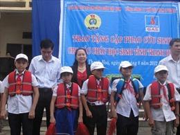Tặng cặp phao cứu sinh cho học sinh vùng rốn lũ