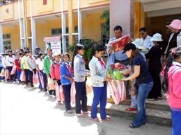 Trao quà cho học sinh trường dân tộc nội trú Tây Giang