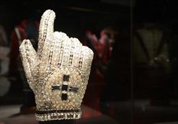 Găng tay của 'Vua nhạc Pop' bán được 4 tỷ đồng