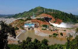 Huy động hàng trăm người dân ngăn sông lấy nước cứu lúa
