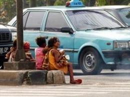 Indonesia phạt tù cha mẹ để con ra đường kiếm sống