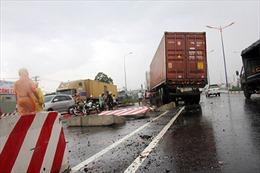 Xe container húc đổ 30m dải phân cách