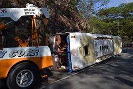 Lật xe du lịch trên đèo Prenn, 15 người bị thương