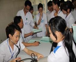 Cán bộ y tế hiến máu trực tiếp cho bệnh nhân