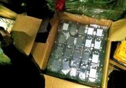 Xe khách chở hàng nghìn linh kiện điện thoại lậu