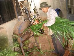 'Kỹ sư làng' chế máy băm cỏ giúp bà con