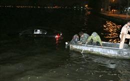 Xe Lexus lao xuống hồ Tây lúc nửa đêm