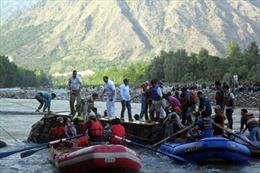 Xe khách lao xuống sông, 33 người chết