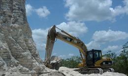 Phá kim tự tháp Maya cổ lấy đá làm đường