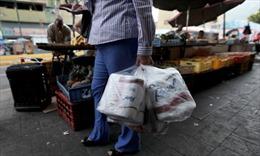 Venezuela phải nhập khẩu giấy vệ sinh