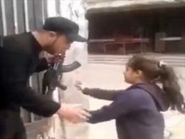 Du kích Hezbollah xúi bé gái nhả đạn AK
