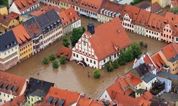 Nước lụt dâng tới mái nhà tại Trung Âu