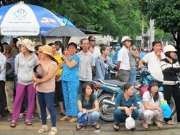 Phụ huynh 'đội mưa' đợi con thi Đại học
