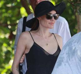 Angelina Jolie vẫn tự tin 'khoe' ngực