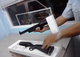 Bắt nhóm thủy thủ buôn lậu súng hơi số lượng lớn