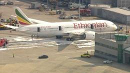 Boeing 787 bốc cháy giữa sân bay