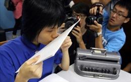 Cô gái mù đọc chữ bằng... môi