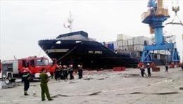 Dập tắt đám cháy trên tàu chở hóa chất