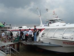 Tàu cánh ngầm bị sóng đánh vỡ kính, hành khách hoảng loạn