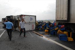 Xe tải lật giữa đường cao tốc, 3 người thoát chết