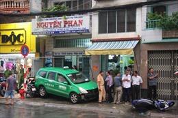 Tài xế bị đánh gục, taxi tông liên hoàn